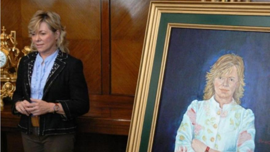 Pilar del Castillo junto a su retrato, de cuyo cuadro es autora