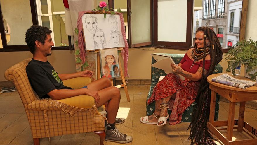 'Rasta Mama' le hace una caricatura a Ismael en el Centro Social La Bicicleta