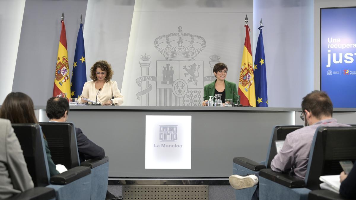 La ministra de Hacienda y Función Pública, Maria Jesús Montero y la ministra Portavoz, Isabel Rodríguez .