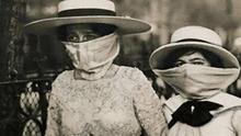 Mujeres paseando durante la pandemia de la llamada Gripe española (circa 1918).