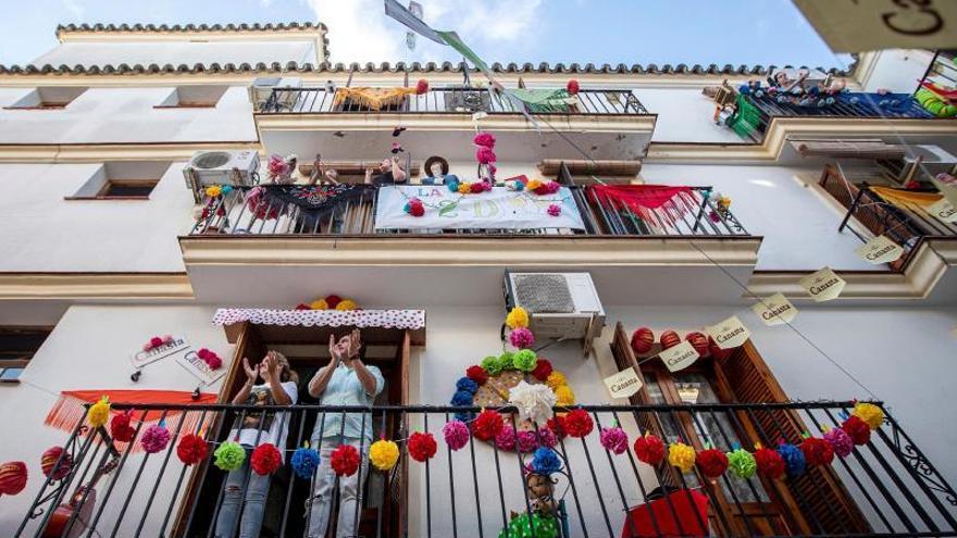 Varias personas celebran en el balcón de su casa este sábado la Feria del Caballo de Jerez de la Frontera (Cádiz), aplazada a octubre de 2020 por la crisis sanitaria del coronavirus.