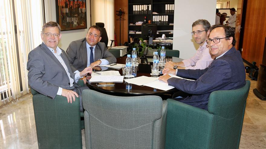 Ximo Puig, Manuel Illueca, responsable del IVF,Arcadi España, director de gabinete del presidente de la Generalitat, y el conseller de Hacienda, Vicent Soler.