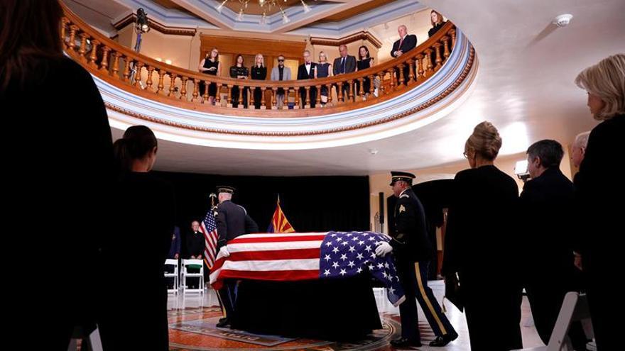 Arizonenses despiden al senador John McCain como uno de sus héroes
