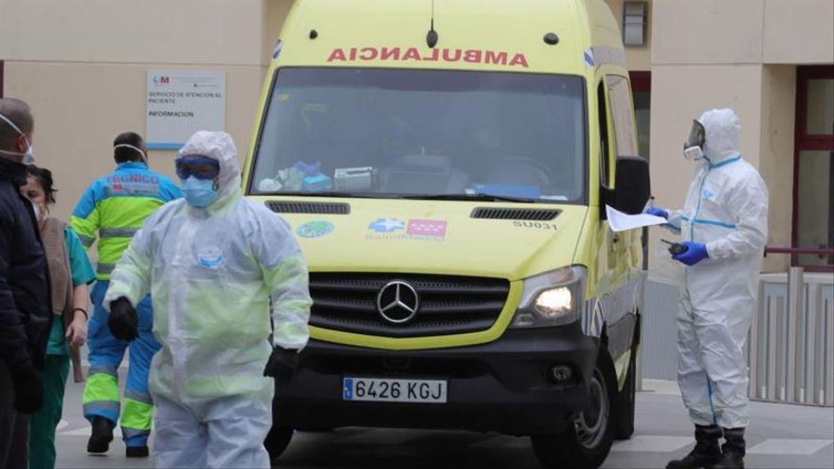 Una ambulancia a la entrada de un hospital.