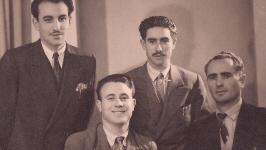 Una imagen de Francisco Martínez-López 'El Quico' (segundo por la derecha) junto a otros guerrilleros en el exilio en Francia
