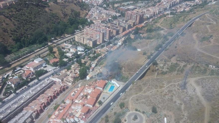 Desalojadas varias viviendas y salas del cementerio por el incendio en el paraje de la Alhambra
