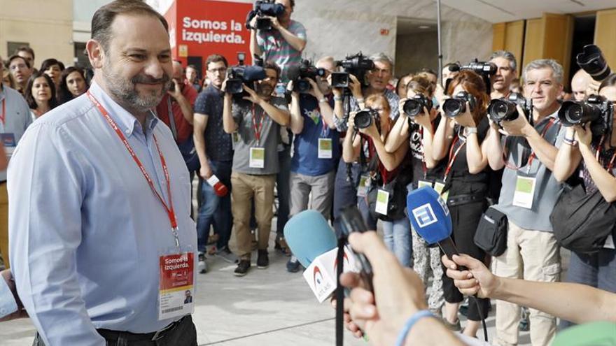 """Ábalos se muestra convencido de que el PSOE seguirá """"para adelante"""""""