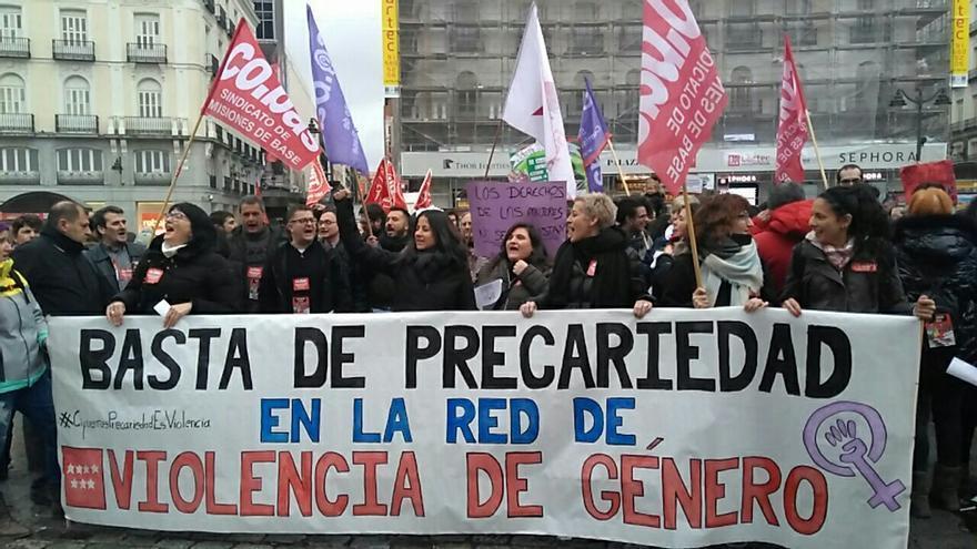 """Trabajadoras de las casas de acogida para mujeres piden a Cifuentes que no """"subaste"""" estos servicios."""