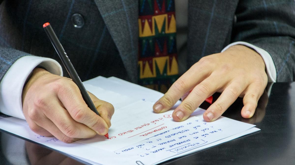 Un notario firma en su despacho