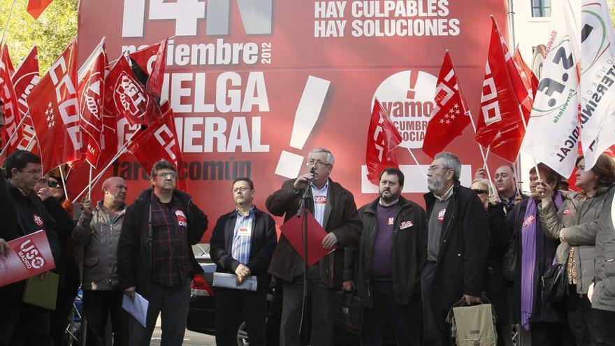 Los sindicatos, tras registrar la convocatoria de huelga. EFE