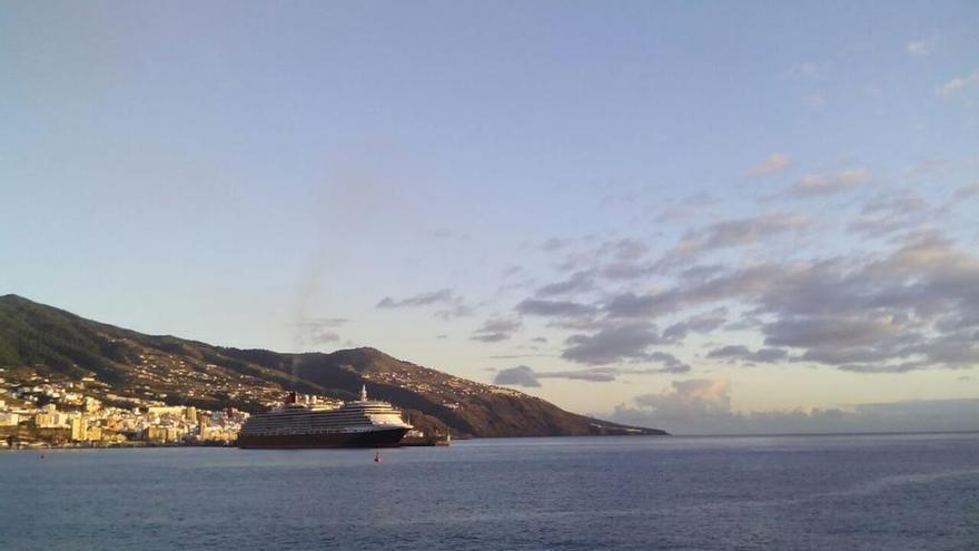 En la imagen, el Queem Victoria, este lunes, atracado en el dique principal del puerto de Santa Cruz de La Palma. Foto: RTVC.