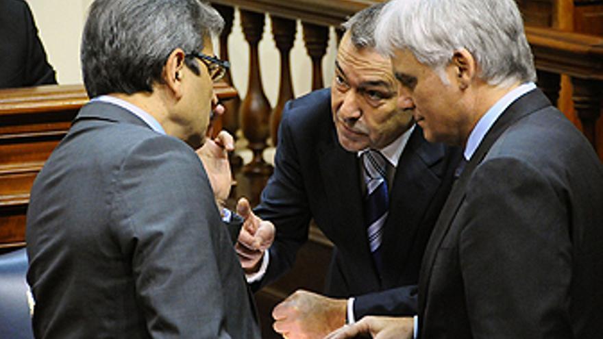 Román Rodríguez, Paulino Rivero y José Miguel Pérez, durante el Pleno. (ACFI PRESS)