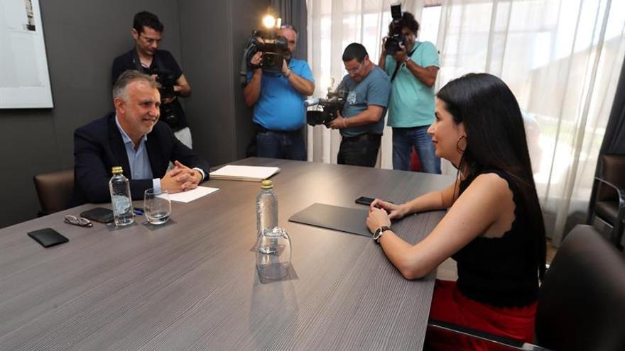El secretario general del PSOE en Canarias, Ángel Víctor Torres, y la diputada electa de la Agrupación Socialista Gomera, Melody Mendoza, en la primera ronda de negociaciones.