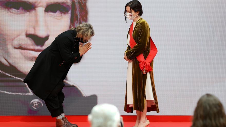 Nacho Cano hace una reverencia a Isabel Díaz Ayuso en el acto del 2 de mayo.