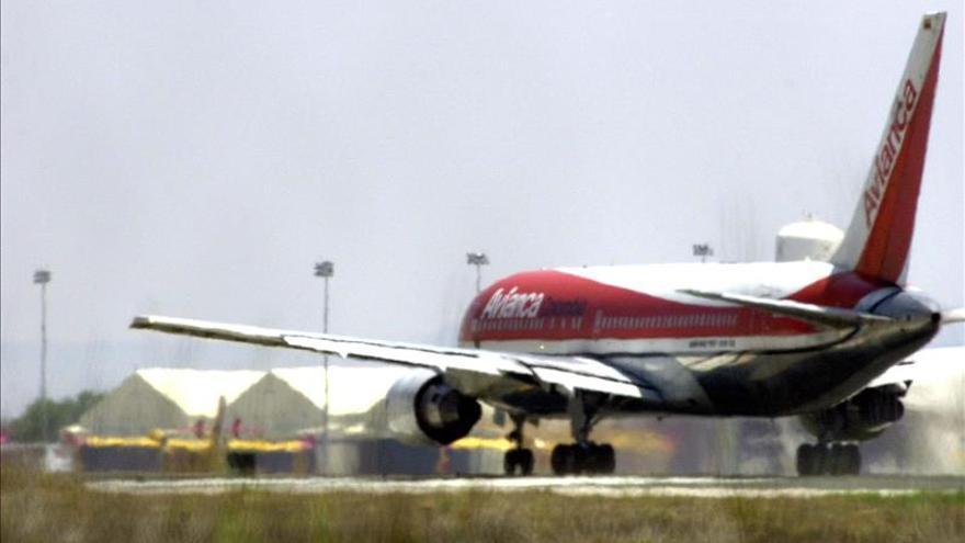 Un rumano que viajaba de Colombia a Costa Rica muere en el baño de un avión