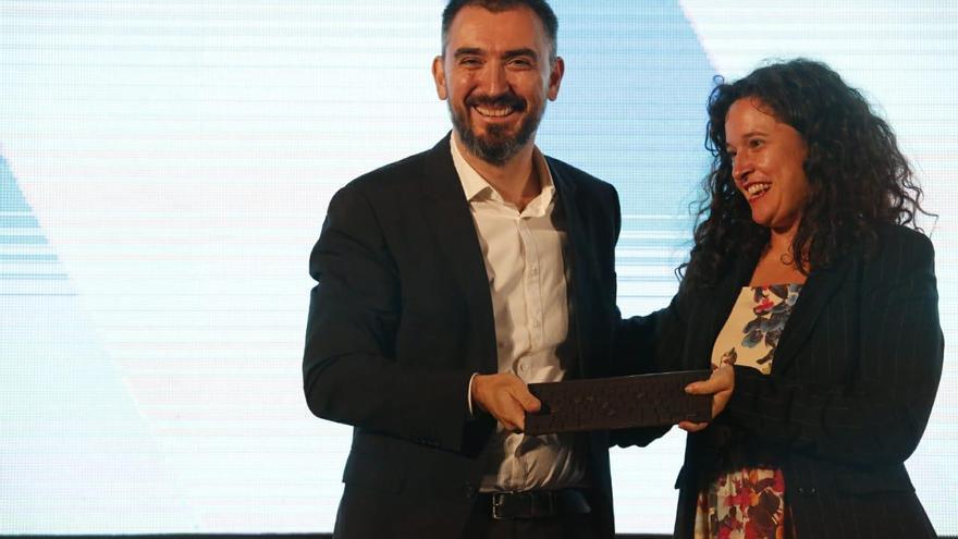 Ignacio Escolar, director de eldiario.es, recibe el premio excelencia de la Fundación Gabriel García Márquez de manos de la periodista brasileña Natalia Viana