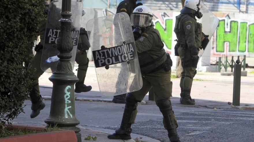 Una bomba casera explota en la oficina privada del ministro de Interior de Grecia