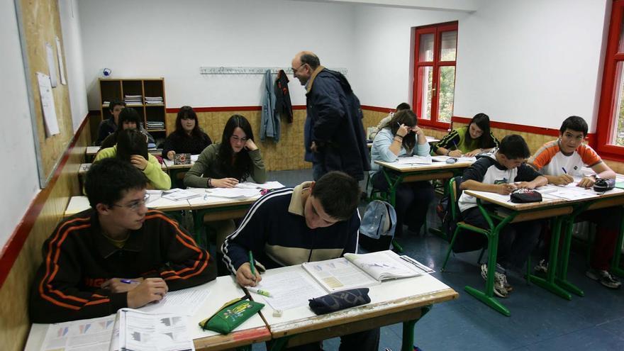 Un profesor imparte clase en un instituto de Euskadi.