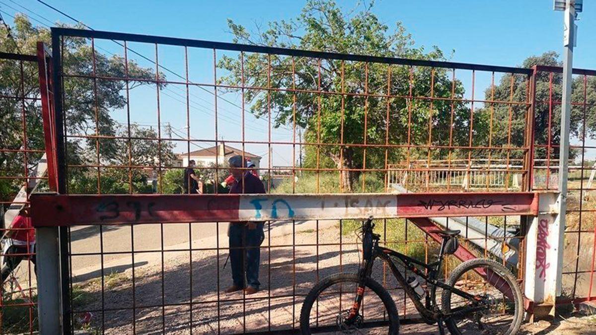 Imagen del cierre de la vía de servicio junto al canal del Guadalmellato en Córdoba.