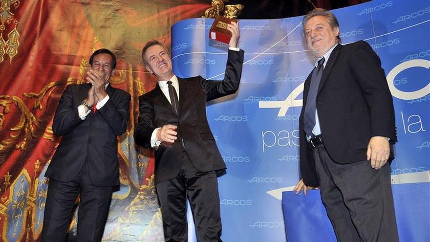 Un emocionado Carlos Hipólito recoge el premio Pepe Isbert de AMITHE