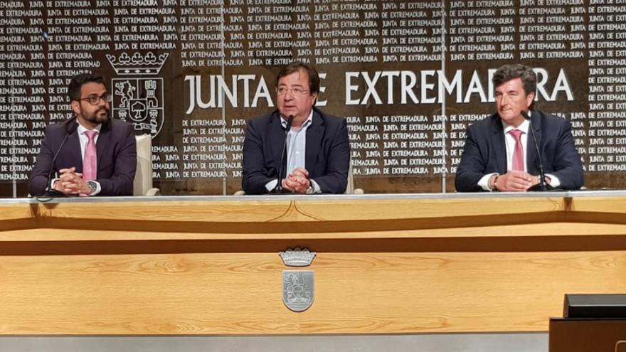 El presidente de la Junta de Extremadura, Guillermo Fernández Vara; el representante de la empresa Taranis Energy, Rafael Barba; y el alcalde de Olivenza, Manuel José González Andrade, ha firmado un protocolo para el desarrollo de este proyecto