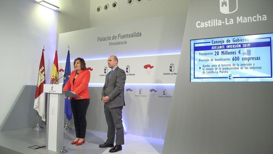 La consejera de Economía, Empresas y Empleo, Patricia Franco, informa en rueda de prensa sobre los acuerdos del Consejo de Gobierno relacionados con su departamento, en el Palacio de Fuensalida, junto al director general de Empresas y Competitividad e Internacionalización, Javier Rosell.