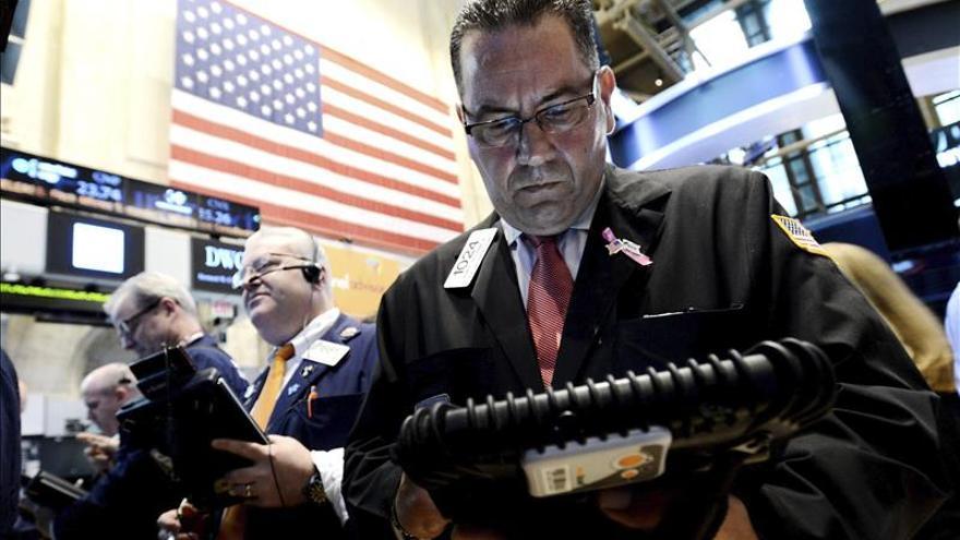 Wall Street amplía las pérdidas y el Dow Jones cae un 1,68 por ciento a media sesión