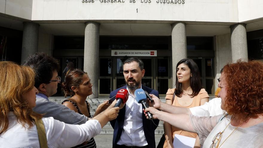 Ignacio Escolar y Raquel Ejerique recogen la querella de Cristina Cifuentes en los Juzgados de Plaza de Castilla.