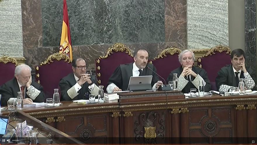 Manuel Marchena, en el centro, y otros cuatro miembros del tribunal en una de las sesiones del juicio.