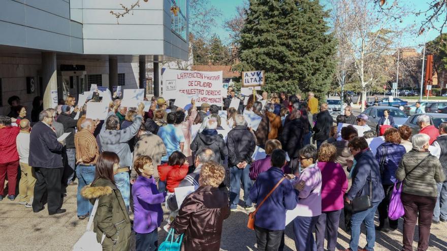 Concentración ante las puertas del Centro de Salud del Polígono de Toledo / Antonio Seguido