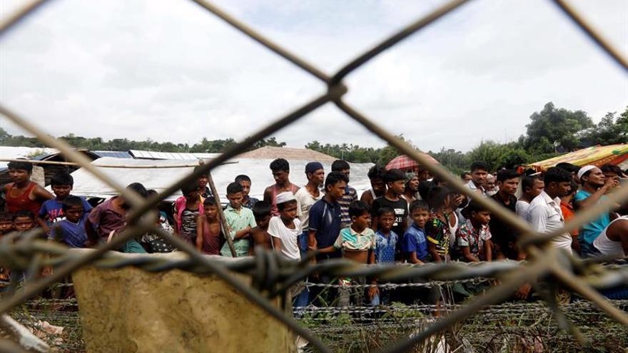 Refugiados rohingyás cerca de la valla fronteriza entre Bangladesh y Birmania.
