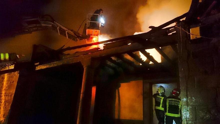 """""""Numerosos daños materiales"""" en un incendio sin heridos de una vivienda en Rioseco (Rionansa)"""