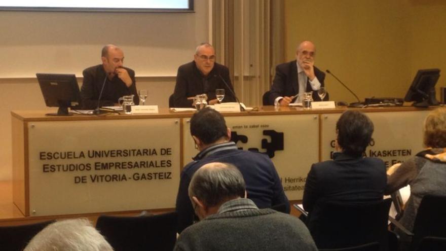 José Antonio Pérez (a la izquierda), Antonio Rivera (centro) y Jesús Loza (a la derecha) durante el debate en el XI Seminario Fernando Buesa.