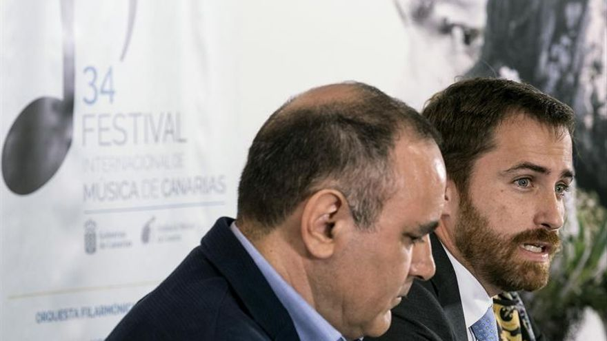 El consejero de Turismo y Cultura de la comunidad autónoma, Isaac Castellano (d), en la presentación de la 34 edición del Festival Internacional de Música de Canarias