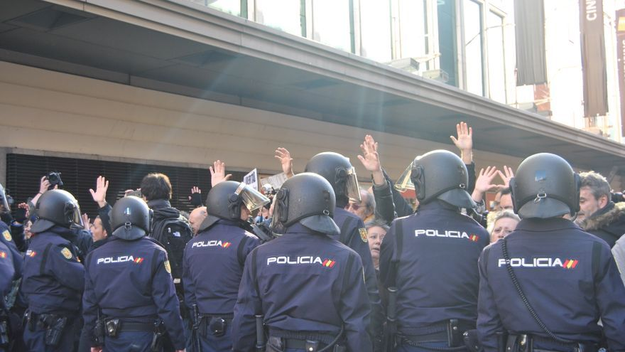 Una veintena de agentes han impedido que la protesta contra la 'ley mordaza' avanzara hacia la plaza de Callao. \ Mercedes Domenech.