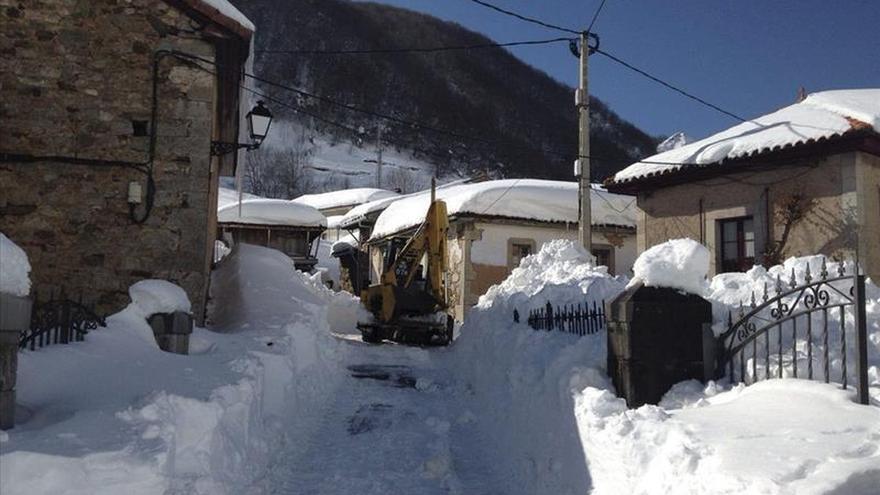 La nieve acumulada dificulta todavía el tráfico en carreteras del norte