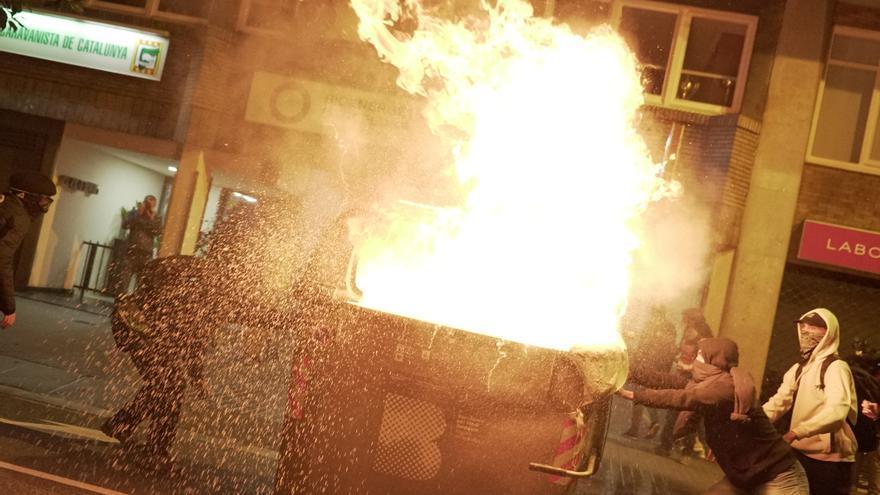 El tercer día de movilizaciones ha dejado contenedores y coches quemados y enfrentamientos con los Mossos