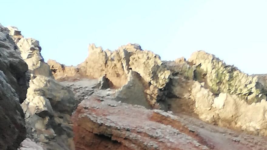 Zona de cumbre del entorno del Roque de Los Muchachos  y tramo de la carretera LP-4, este miércoles, cubierta de escarcha e hielo este miércoles-