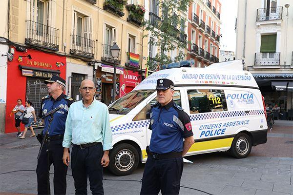 Anuncio en la Plaza de Chueca de la incorporación de la Unidad de Delitos de Odio al operativo del World Pride 2017 | Fotografía: Ayuntamiento de Madrid