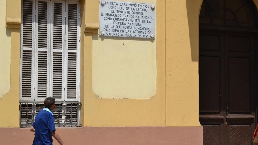 La placa sobre la vivienda que ocupó Franco en Melilla | N.C.