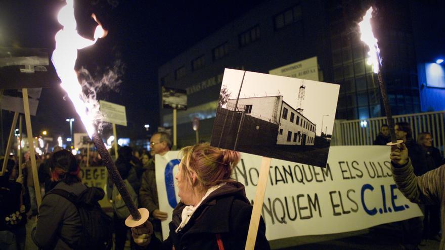 Manifestación contra los Centros de Internamiento de Extranjeros ante el CIE de la Zona Franca / Xose Quiroga (antigonia.com)