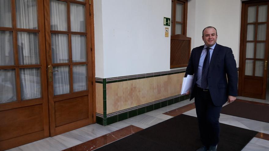 Julio Díaz camino del registro de su proyecto de dictamen de la comisión de investigación.