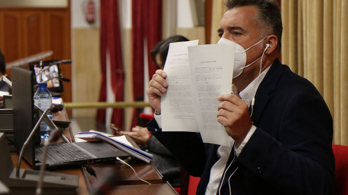 Torrejimeno en el Pleno mostrando documentación sobre la denuncia que llegó a los tribunales.