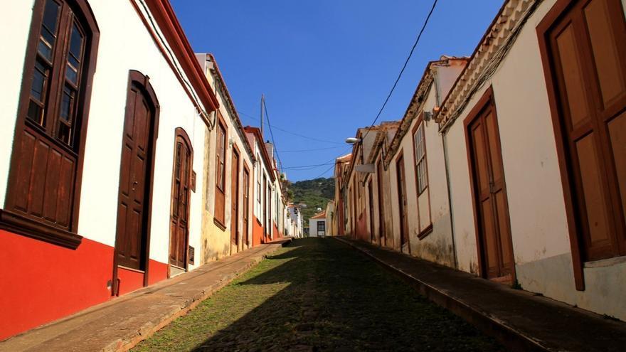En la imagen, una de las calles principales del núcleo urbano de Santo Domingo, en Garafía. Foto: palmerosenelmundo.com