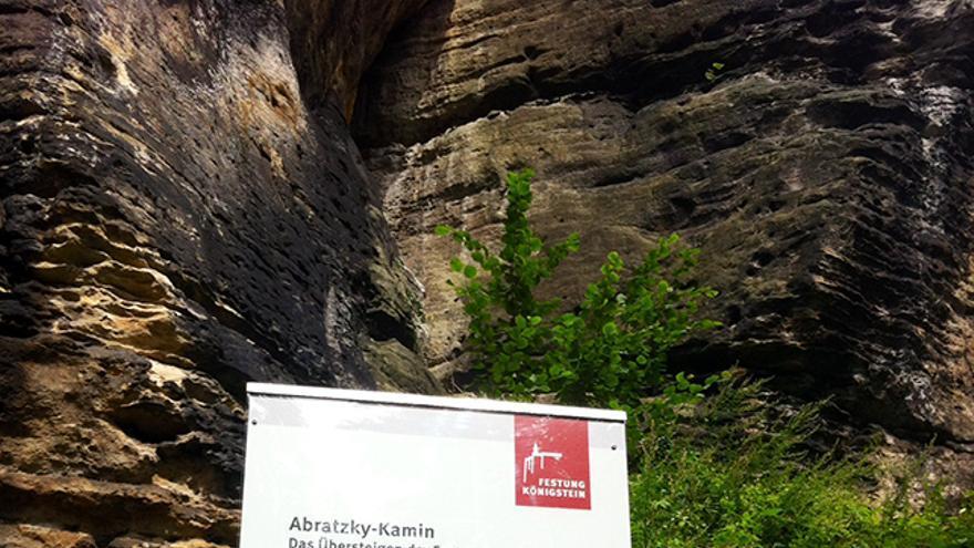 Cartel de acceso a la vía de escalada.