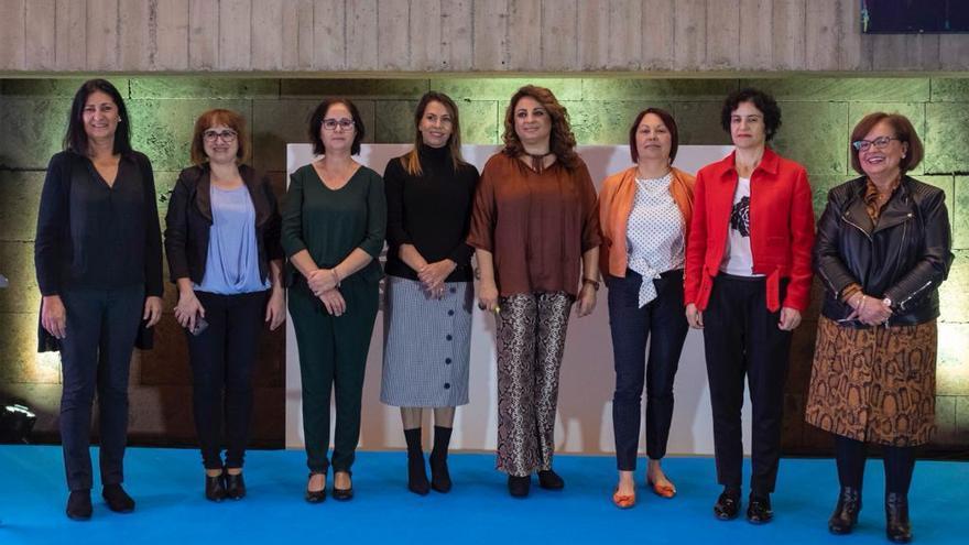 La consejera de Políticas Sociales del Gobierno de Canarias junto a sus homólogas en los cabildos de todas las islas.