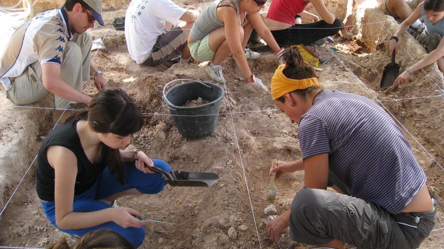 Excavación de una fosa común junto al cementerio de Mérida.