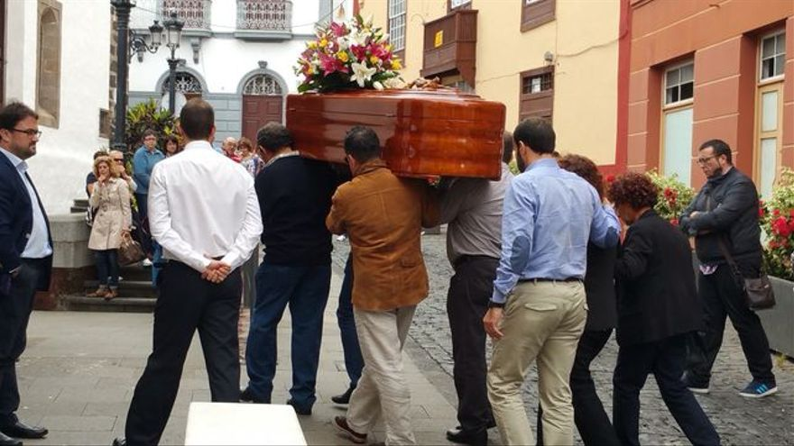 Los restos mortales de Saray González a su llegada a la iglesia de El Salvador. Foto: LUZ RODRÍGUEZ