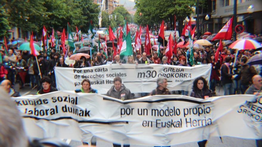 Miles de personas se manifiestan en Bilbao con motivo de la huelga general de los sindicatos nacionalistas