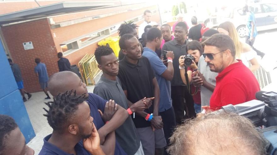 El alcalde de Marchamalo, con algunos de los migrantes
